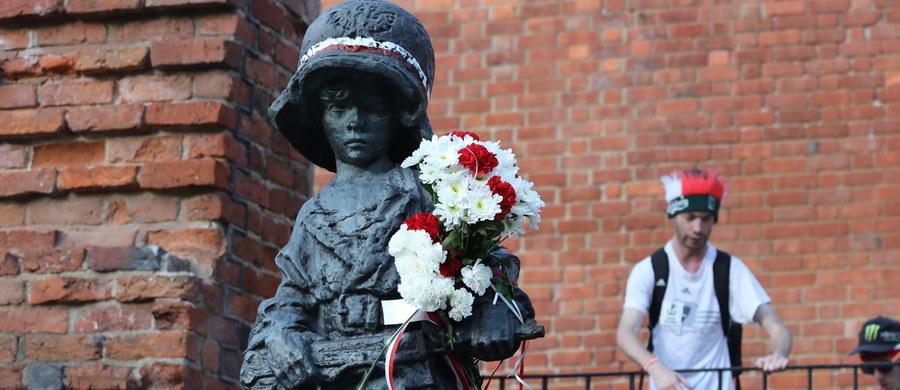 """Rzeźbę """"Mały Powstaniec"""" Jerzego Jarnuszkiewicza można oglądać na wystawie """"Varsaviana"""" w salonie DESY Unicum w Warszawie. Oryginał jednego z najbardziej rozpoznawalnych polskich pomników będzie licytowany na aukcji 6 września."""