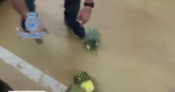 Hiszpańska policja zatrzymała siedem osób w związku z przemytem 67 kg kokainy z wydrążonych ananasach. Ładunek odkryto w stolicy kraju w sklepie MercaMadrid, w którym sprzedawane są warzywa i owoce. Narkotyki trafiły do Madrytu ze statku, który przez Portugalię płynął z Kostaryki.