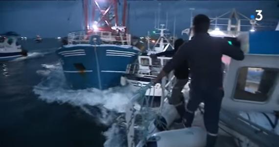 Prokuratura w Normandii wszczęła dochodzenie w sprawie istnej bitwy morskiej pomiędzy francuskimi i brytyjskimi rybakami! Uczestniczyło w niej ponad 40 kutrów, które nawzajem się taranowały – ich załogi obrzucały się harpunami i butelkami. Do zdarzenia doszło na wodach kanału La Manche koło ujścia Sekwany. Poszło o przegrzebki.