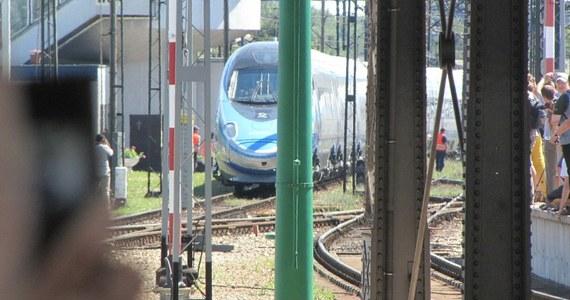 Jedziesz trzema pociągami różnych przewoźników? Wspólny bilet ma być tańszy, niż 3 bilety kupione oddzielnie. Tak na działać wspólny bilet na kolei. PKP i resort infrastruktury zapewniają, że wdrożenie biletu ze wspólną taryfą to najważniejsza sprawa na kolei. Uruchomienie planowane jest na grudzień wraz z kolejną zmianą rozkładu jazdy.