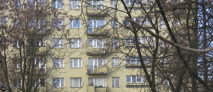 Wrocławscy policjanci zatrzymali 21-latka, który usiłował podpalić mieszkanie i skoczyć z dachu 10-piętrowego budynku. Mężczyzna był pod wpływem dopalaczy; w jego mieszkaniu policjanci znaleźli kilka dawek tych środków. Zatrzymanego przewieziono do szpitala.