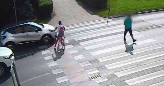 Przed sądem stanie 66-letni kierowca, który na oznaczonym przejeździe dla rowerzystów potrącił 11-letnią rowerzystkę. Dziewczynka trafiła do szpitala. Funkcjonariusze upublicznili nagranie z monitoringu pokazujące przebieg tego zdarzenia.