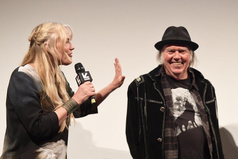 """Po czterech latach znajomości ślub wzięli kanadyjski rockman Neil Young (72 l.) i amerykańska aktorka Daryl Hannah (57 l.), znana z takich kinowych przebojów, jak m.in. """"Łowca androidów"""", """"Plusk"""", """"Wall Street"""" czy """"Kill Bill""""."""