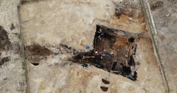 """Archeolodzy prowadzący wykopaliska pod Barczewkiem w woj. warmińsko-mazurskim odkryli szkielet człowieka, który zginął w 1354 roku podczas najazdu Litwinów. Miejsce to nazywane jest """"warmińskimi Pompejami"""", bo zgliszcza zniszczonego wówczas miasta zachowały się w nienaruszonej formie."""