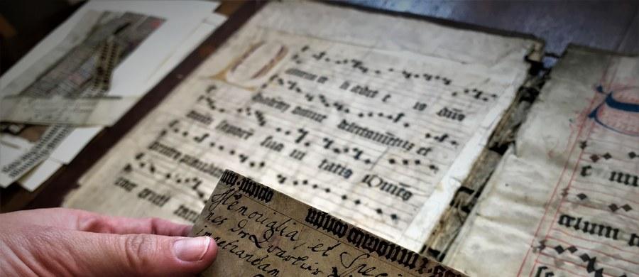 To jeden z najcenniejszych zbiorów archiwalnych poza archiwami państwowymi w środkowej Europie – przyznają specjaliści. Zachowało się w nim ponad sto średniowiecznych, pergaminowych dokumentów. W Kłodzku na Dolnym Śląsku trwa ratowanie archiwów jezuitów będących w dyspozycji parafii p.w. Wniebowzięcia Najświętszej Maryi Panny. Zbiory są inwentaryzowane, a niektóre, liczące kilkaset lat dokumenty odkrywane na nowo. W przyszłości kolejne dokumenty będą konserwowane i udostępniane.