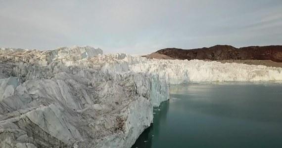 Lodowiec na zachodnim wybrzeżu Grenlandii topi się w rekordowym tempie. Co roku jego objętość zmniejsza się o ok. 50 kilometrów sześciennych. Naukowcy twierdzą, że topnienie tylko tego lodowca odpowiada za podniesienie się poziomu wód na świecie o 1mm od 2000 r.