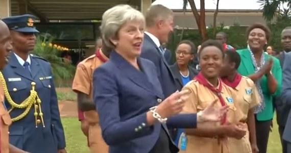 Podróż po krajach Afryki premier Wielkiej Brytanii Theresie May najwyraźniej służy. Aż dwa razy dała się porwać w tany. Filmy obiegły cały świat i są hitem internetu.