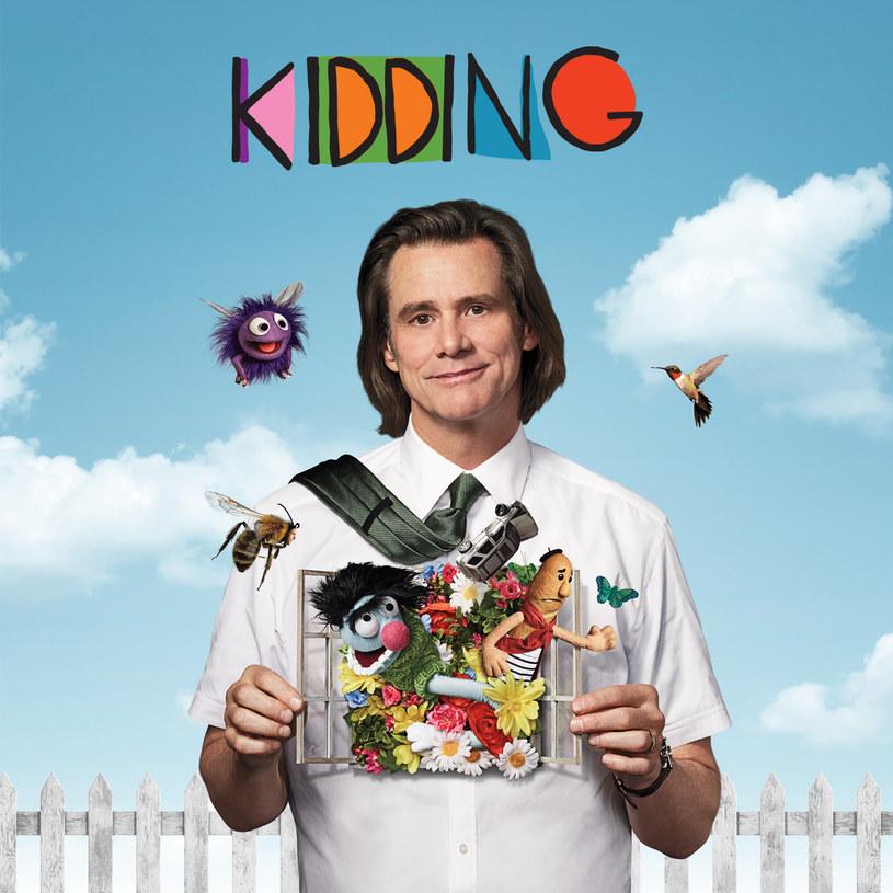 """""""Kidding"""" to nowy projekt Jima Carreya oraz Michela Gondry'ego. Tym razem nagrodzony Złotym Globem aktor i wyróżniony Oscarem reżyser (""""Zakochany bez pamięci"""") spotkali się na planie serialu o popularnym telewizyjnym prezenterze, którego osobista sytuacja zaczyna go przerastać. Pierwszy odcinek serialu """"Kidding"""" dostępny jest w HBO GO już od 31 sierpnia, kolejny odcinek pojawi się 9 września. Emisja w HBO zaplanowana została na 8 października."""