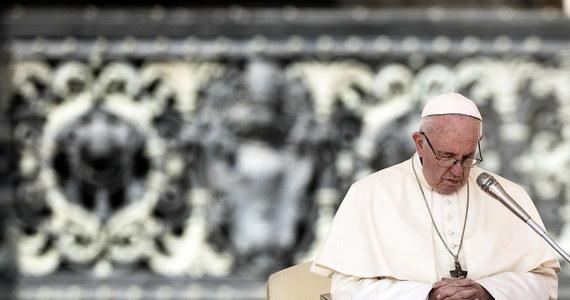 """Arcybiskup Filadelfii Charles Chaput zaapelował do papieża Franciszka, by odwołał zapowiedziany na październik synod biskupów poświęcony młodzieży. Jak ocenił, w związku z ujawnianymi skandalami """"biskupi nie mają żadnej wiarygodności, by podjąć ten temat""""."""