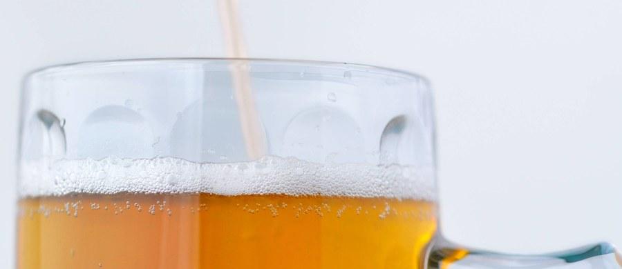 Spożycie wódek, likierów i innych napojów spirytusowych, w przeliczeniu na 100 proc. alkoholu, wzrosło w Polsce w 2017 roku do 3,3 l na osobę. W roku 2015 było to 2,5 l - poinformował Główny Urząd Statystyczny.