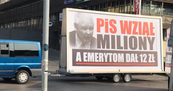 """Platforma Obywatelska uruchomiła kolejną akcję z cyklu """"konwój wstydu"""" PiS. W całej Polsce jeździć będą mobilne billboardy z hasłem """"PiS wziął miliony""""."""