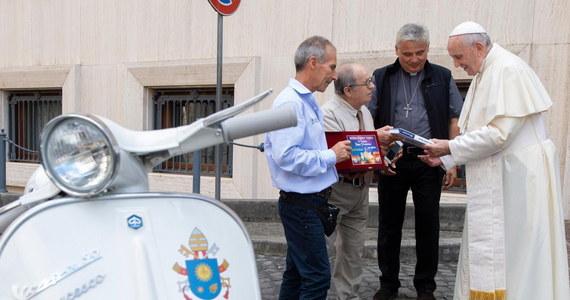Papież Franciszek otrzymał w niedzielę biały skuter Vespa ze specjalną spersonalizowaną rejestracją. Dochód ze sprzedaży jednośladu z 1971 roku będzie przekazany na cele charytatywne. W Watykanie skuter wypróbował papieski jałmużnik kardynał Konrad Krajewski.