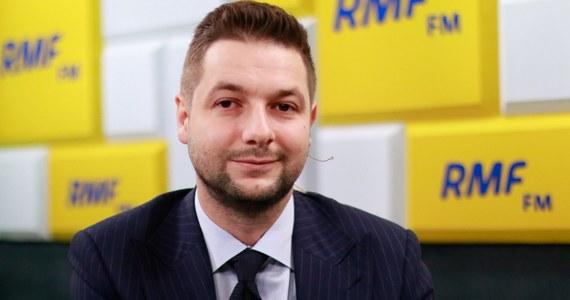 """""""Dziś będę chciał zaprezentować ulotkę wyborczą. Cieszę się, że będę na niej miał miłe słowa na mój temat między innymi Jana Marii Rokity i Jacka Saryusz-Wolskiego"""" – powiedział gość Porannej rozmowy w RMF FM Patryk Jaki. Kandydat na prezydenta Warszawy z ramienia PiS oświadczył, że """"bardzo się cieszy z takiego poparcia i jest z niego dumny""""."""