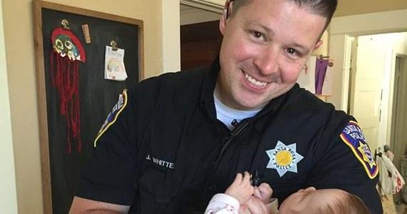 """""""To takie dziwne uczucie – radość pomieszana ze smutkiem tej historii"""" - tak żona policjanta z Santa Rosa w Kalifornii mówi o 6-miesięcznej Harlow, którą małżeństwo adoptowało. Biologiczną matką dziewczynki jest narkomanka, której wcześniej pomagał funkcjonariusz. Kobieta chciała, by Jesse Whitten i jego żona zostali prawnymi rodzicami jej córeczki."""