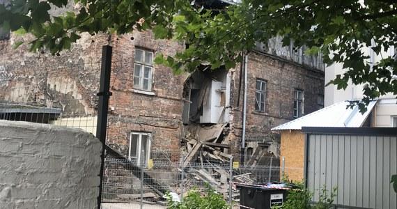 Zabytkowa kamienica przy ulicy Poznańskiej w Warszawie, w której zawaliły się ściana i część dachu, przejdzie kompleksowy remont - dowiedzieli się dziennikarze RMF FM. Z powodu zniszczeń powiatowy inspektor budowlany zamknął jedną z klatek schodowych pobliskiej oficyny, tłumacząc decyzję bezpieczeństwem lokatorów mieszkających w okolicy.