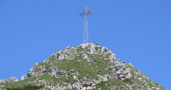 Do dyrekcji Tatrzańskiego Parku Narodowego wpłynęło oficjalne pismo z prośbą o... wypożyczenie krzyża stojącego na Giewoncie. Dyrekcja odmówiła uzasadniając decyzję tym, że krzyż trzeba by wypożyczyć z całym Giewontem.