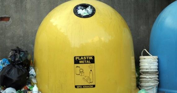 Kto nie segreguje śmieci, płaci cztery razy więcej. Ministerstwo Środowiska przygotowało nową ustawę o gospodarowaniu odpadami. Wyższa stawka za nieposegregowane śmieci ma przekonać - według ministerstwa - mieszkańców do selektywnej zbiórki. Dziś osoby, które wyrzucają wszystkie śmieci do jednego worka, płacą maksymalnie dwa razy więcej.