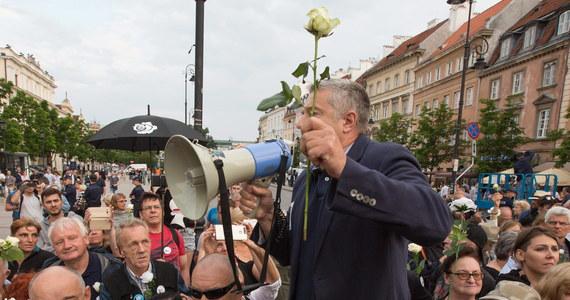 W II instancji uchylone zostało umorzenie sprawy większości osób - w tym Władysława Frasyniuka - obwinionych o blokowanie marszu smoleńskiego 10 czerwca 2017 r. Sprawą ponownie zajmie się sąd rejonowy - poinformował Sąd Okręgowy w Warszawie.