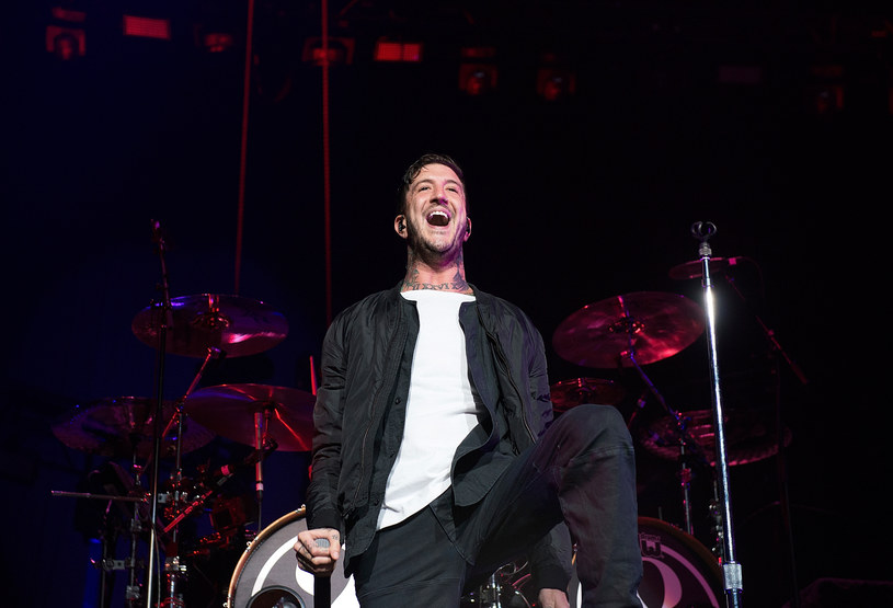 Były wokalista Of Mice & Men Australijczyk Austin Carlile zaprzeczył, że to on ma zastąpić zmarłego frontmana Linkin Park, Chestera Bennigtona.