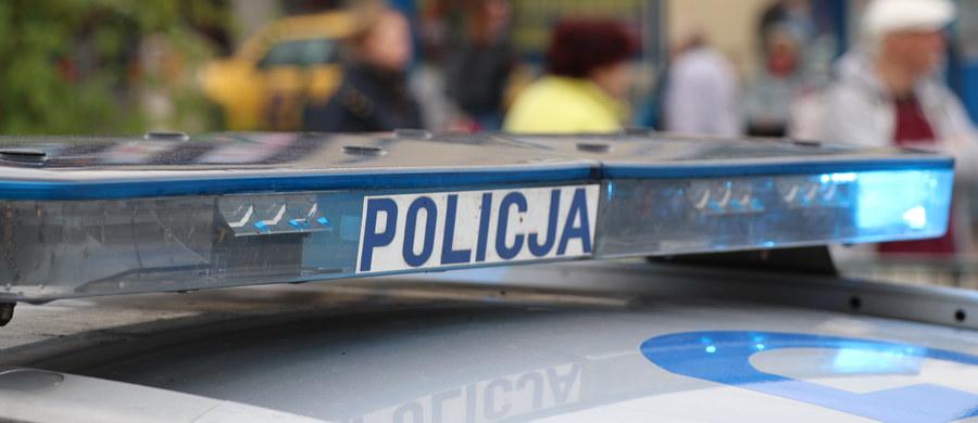 Prokuratura Okręgowa w Zamościu prowadzi postępowanie w sprawie obezwładnienia przez policję 25-latka, który zmarł. Funkcjonariuszy wezwali ratownicy medyczni, bo nie mogli poradzić sobie z agresywnym mężczyzną.