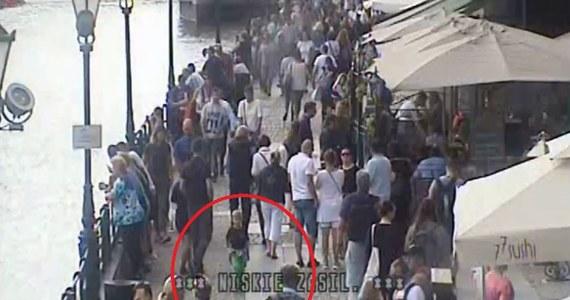 Przez 3 kwadranse nikt nie zwrócił uwagi na spacerującego samotnie po turystycznym centrum Gdańska 4-latka. Turystom z Warszawy syna pomogli odnaleźć policjanci. Chłopcu nic się nie stało, ale policja apeluje o większą czujność  - nie tylko do rodziców.