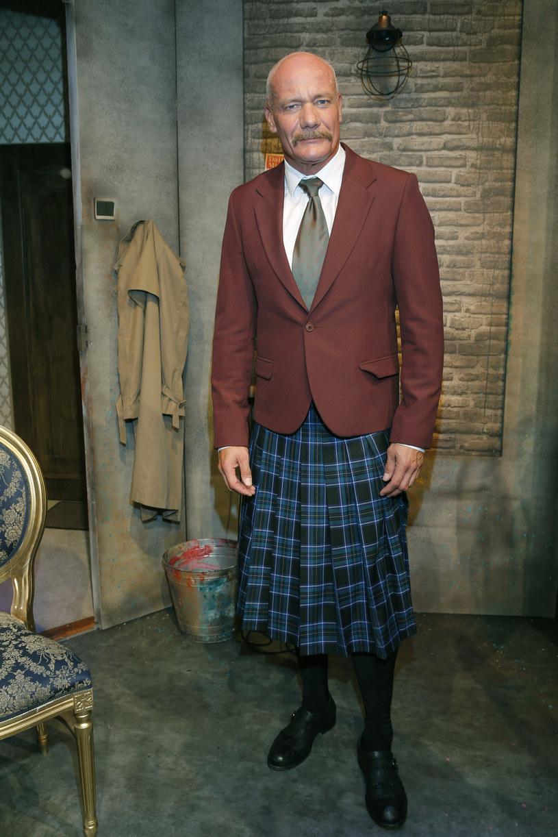"""W """"Czarnej komedii"""", nowym spektaklu Teatru Kamienica, Piotr Zelt paraduje w szkockiej spódniczce w kratę, czyli kilcie. Jest ku temu powód - gra Szkota. Kreując swoją postać, myślał o Seanie Connerym."""