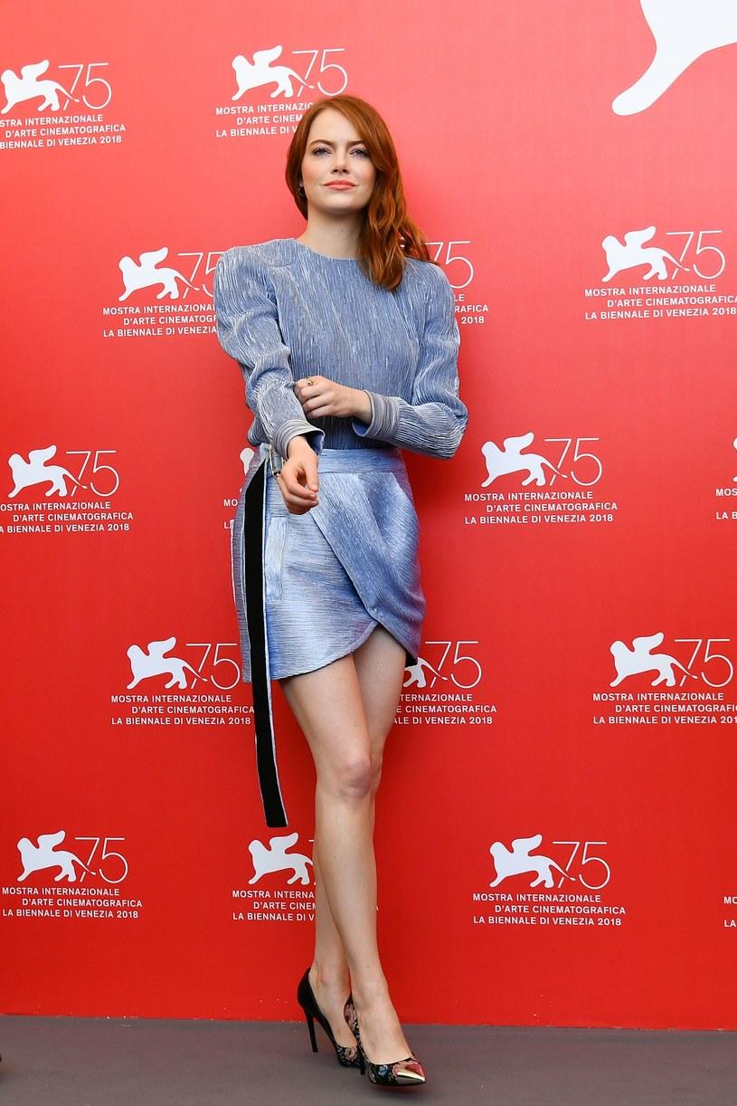 Jedna z najpopularniejszych amerykańskich aktorek młodego pokolenia, która zachwyca nie tylko na ekranie, ale i na czerwonych dywanach - Emma Stone podczas festiwalu filmowego w Wenecji znów udowodniła, że ma znakomite wyczucie stylu.