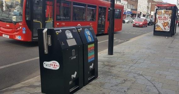 Nowa generacja inteligentnych koszy na śmieci pojawiła się w Wielkiej Brytanii. Pomogą zadbać o czystość miast w najbardziej uczęszczanych dzielnicach. Na czym polega ich innowacyjność? Samodzielnie zgłaszają, kiedy należy je opróżnić, a to wcale nie jest ich największą zaletą.