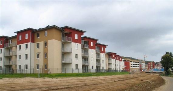 Budujecie dom albo kupujecie mieszkanie w dopiero powstającym budynku? A może sami jesteście budowlańcami? Uważajcie. Zadłużenie branży budowlanej wyraźnie rośnie i możemy mieć wkrótce do czynienia z upadłościami firm z tego sektora. Już w tej chwili w Krajowym Rejestrze Długów zadłużenie tej branży wynosi niemal 2,5 miliarda złotych.