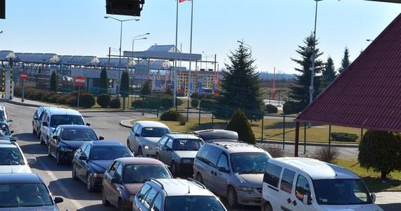 Kierujący osobowym renault siłowo przekroczył polsko-ukraińską granicę w Korczowej, taranując separatory, barierki i szlaban. Ze wstępnych ustaleń wynika, że mężczyzna ma nieważny niemiecki paszport.