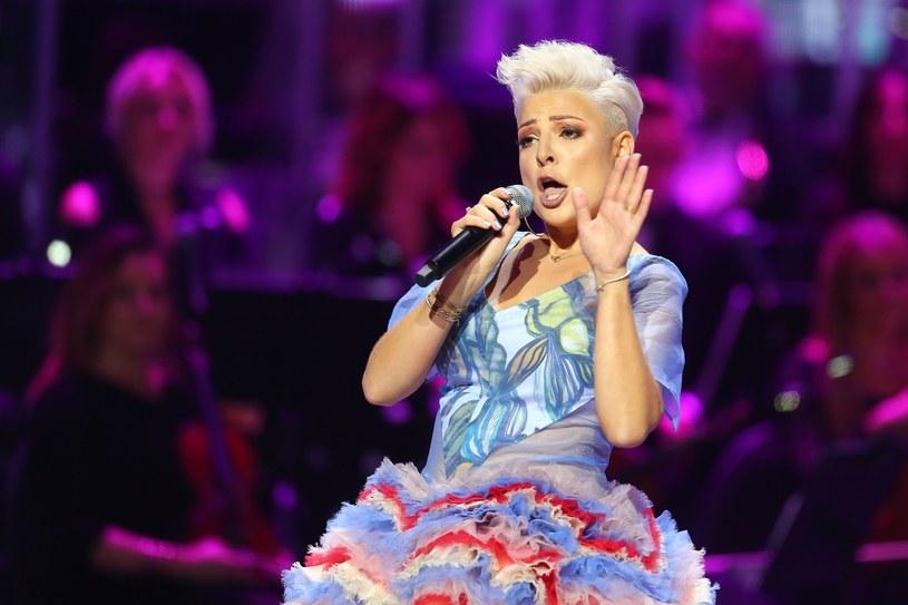 Podczas Festiwalu Weselnych Przebojów w Mrągowie discopolowa grupa Piękni i Młodzi wykonała własną wersję przeboju czeskiej piosenkarki Heleny Vondrackowej.