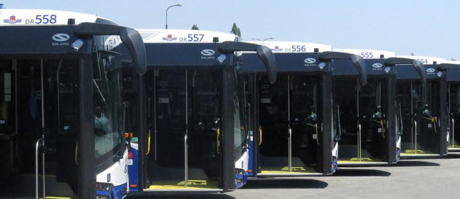 Polski rząd przejmuje 35 procent akcji znanego na całym świecie producenta autobusów Solaris. Pozostałe 65 procent przejmie hiszpańska, a dokładnie baskijska grupa CAF. Dotychczasowi właściciele i twórcy pochodzącego z Wielkopolski Solarisa - rodzina Olszewskich - postanowiła sprzedać spółkę. Tę transakcję ogłoszono w trakcie Forum Ekonomicznego w Krynicy.