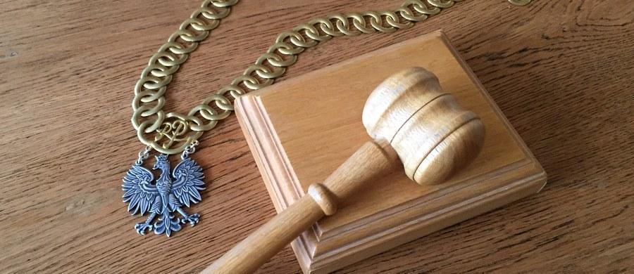 5,5 roku więzienia dla byłego właściciela baru mlecznego w Sopocie, oskarżonego o zgwałcenie dwóch kobiet oraz molestowanie seksualne trzeciej. Taki wyrok wydał dziś Sąd Rejonowy w Sopocie. Skazany ma zapłacić także dwóm zgwałconym kobietom po 20 tysięcy złotych.