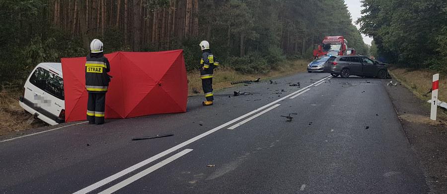 Jedna osoba zginęła w czołowym zderzeniu dwóch samochodów na drodze wojewódzkiej 443 między Jarocinem a Koninem w Wielkopolsce. Do zdarzenia doszło na wysokości miejscowości Graby. Trasa jest całkowicie zablokowana.