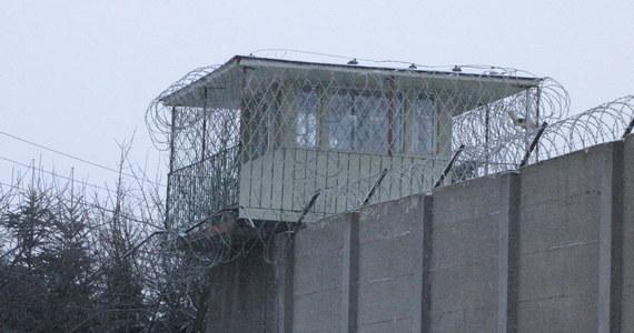 Mężczyzna, który w Zakładzie Karnym w Nowogardzie zranił współwięźnia, usłyszał w środę zarzut usiłowania zabójstwa - poinformowała PAP szczecińska prokuratura okręgowa. Podejrzanemu grozi dożywocie.