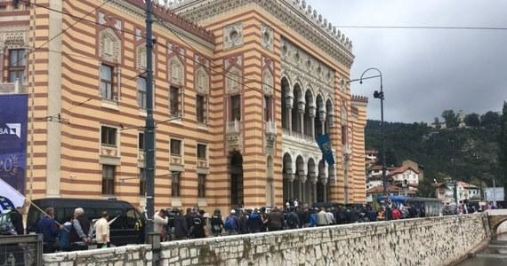 Policja i weterani wojny w Bośni w latach 1992-95 starli się w środę w Sarajewie podczas demonstracji, której uczestnicy protestowali przeciwko zbyt niskim funduszom przeznaczonym na pomoc dla dawnych żołnierzy.