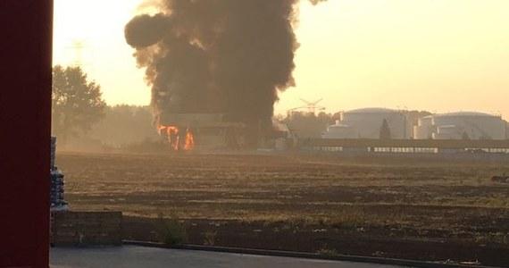 Pożar hali ze złomowanymi samochodami w Radzionkowie na Śląsku opanowany. W tej chwili na miejscu jest 16 wozów strażackich.
