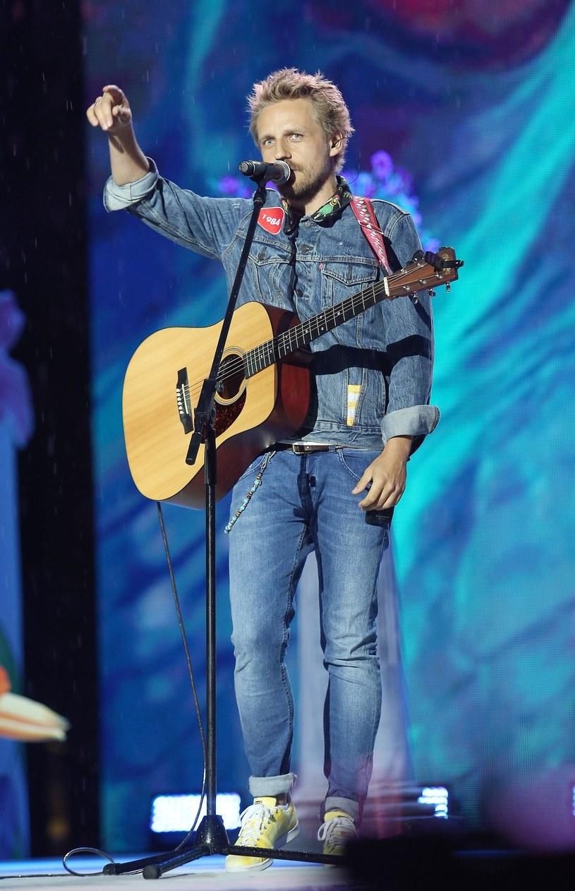 """Status przeboju zdobył utwór """"Weź nie pytaj"""", który zapowiada drugą płytę """"1984"""" znanego z głównej roli w filmie """"Gotowi na wszystko. Exterminator"""" wokalisty i aktora Pawła Domagały."""