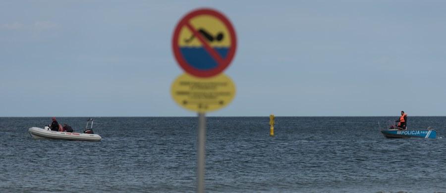 Akcja poszukiwawcza 21-latka, który we wtorkową noc z dwiema koleżankami poszedł się kąpać w Bałtyku przy falochronie w Łebie, nie będzie już prowadzona z morza. Brzeg patrolują policja i straż pożarna.