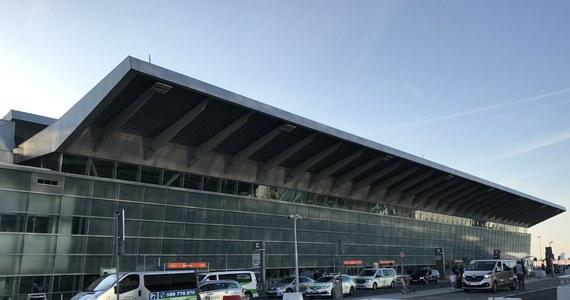 """Polskie lotniska czeka rewolucja. Zaczną z nich znikać wieże kontrolne, które są """"sercem i mózgiem"""" każdego portu lotniczego. Zamiast tego Polska Agencja Żeglugi Powietrznej chce zbudować jedną skomputeryzowaną wieżę dla kilku lotnisk."""