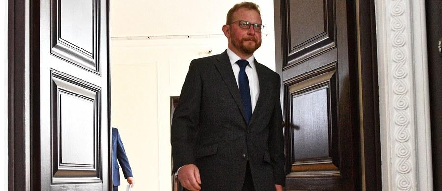 Minister zdrowia Łukasz Szumowski podpisał rozporządzenie w sprawie płac lekarzy odbywających szkolenie specjalizacyjne w ramach rezydentury. To element realizacji porozumienia MZ z rezydentami, które zawarto w lutym. Zdaniem młodych lekarzy cały czas minister nie spełnił niektórych punktów porozumienia i rezydenci przygotowują się do wznowienia protestu.