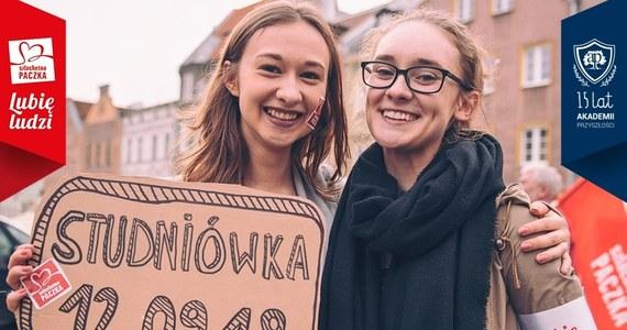 W ubiegłym roku pomogli kilkudziesięciu tysiącom osób w całej Polsce. W samym województwie małopolskim wsparcie dzięki nim otrzymało ponad 2 tysiące rodzin. Ale ciągle im mało. Już za sto dni finał kolejnej, XVIII edycji Szlachetnej Paczki. Ile osób otrzyma mądrą pomoc i zmieni swoje życie w tym roku? To zależy od tego, ilu woluntariuszy zgłosi się do projektu. W Małopolsce potrzeba ich co najmniej 1,5 tysiąca. 12 września o godz. 17:00, przy Pomniku Adama Mickiewicza, SuperW będą namawiać, by do nich dołączyć. Chcesz zostać współczesnym bohaterem i tworzyć historie? Nie zwlekaj i zgłoś się na www.superw.pl. Masz czas do 30 września.