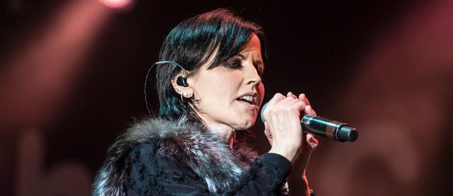 """Koroner ustalił, że przyczyną śmierci Dolores O'Riordan, wokalistki zespołu The Cranberries, nie było samobójstwo - podaje """"Sky News"""". Ciało artystki znaleziono w styczniu w hotelowym pokoju w Londynie."""
