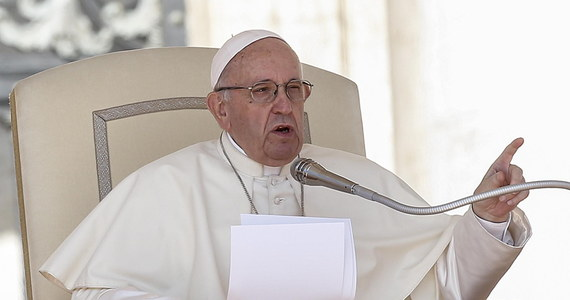 Papież Franciszek powiedział, że chrześcijanin nie oskarża innych, tylko siebie samego. Te słowa papieża z porannego kazania watykaniści interpretują jako nawiązanie do stawianych mu zarzutów, jakoby wiedział o czynach molestowania hierarchy z USA. W homilii w czasie mszy w kaplicy Domu Świętej Marty w Watykanie Franciszek podkreślił, że wierzący muszą uznać się za grzeszników, jak uczynił to święty Piotr i że bez tego nie można podążać po drodze życia chrześcijańskiego.