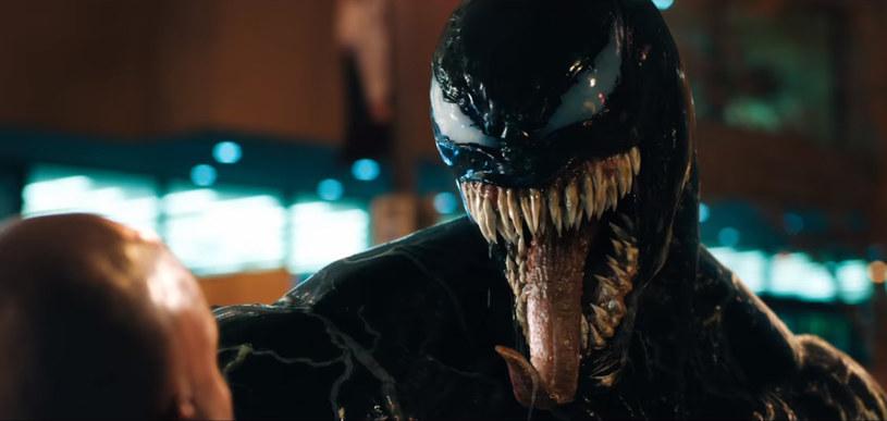 """Chociaż """"Venom"""" otrzymał w większości bardzo słabe recenzje, widzowie nie dali im wiary. Film zarobił ponad 855 milionów dolarów na całym świecie. Nic dziwnego, że wytwórnia Sony pracuje nad jego sequelem. Ten znalazł własnie reżysera."""