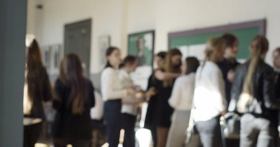 """Ministerstwo uspokaja, ale obawy pozostają… W przyszłym roku do szkół średnich pójdą absolwenci gimnazjów i - po raz pierwszy po reformie - ósmych klas podstawówki: to 725 tysięcy uczniów. Resort edukacji jednak uspokaja i zapewnia: """"Miejsca w liceach są zapewnione i nie powinno być problemów""""."""