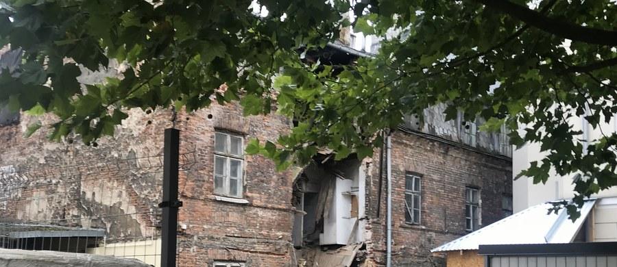 Dopiero w drugiej połowie września do swoich lokali będą mogli wrócić mieszkańcy oficyny znajdującej się obok zniszczonej kamienicy w centrum Warszawy - dowiedział się reporter RMF FM Michał Dobrołowicz. W weekend zawaliła się ściana i część dachu zabytkowego budynku przy ulicy Poznańskiej. Nadzór budowlany sprawdza teraz, jak kamienica był zabezpieczona przed tą katastrofą budowlaną.