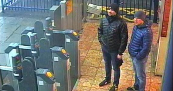 Niedopuszczalne są brytyjskie zarzuty, jakoby wysokie rangą rosyjskie osobistości oficjalne zaaprobowały otrucie byłego oficera rosyjskiego wywiadu wojskowego Siergieja Skripala - oświadczył rzecznik Kremla Dmitrij Pieskow dzień po tym, jak Brytyjczycy ujawnili tożsamość podejrzanych o atak. W środę szefowa rządu w Londynie Theresa May ogłosiła, że podejrzani przez brytyjską prokuraturę o próbę zabójstwa Skripala zostali zidentyfikowani jako oficerowie rosyjskiego wywiadu wojskowego GRU i musieli działać za przyzwoleniem władz w Moskwie.