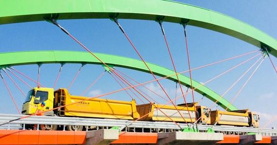 6 ciężarówek o łącznej masie niemal 200 ton sprawdzało wytrzymałość nowego mostu w Warcie na rzece o tej samej nazwie (w Łódzkiem). Przeprawa zaprojektowana jest tak, że będą mogły nią jeździć samochody o masie 50 ton. W dniu próby przęsła i podpory były poddawane ekstremalnym obciążeniom.