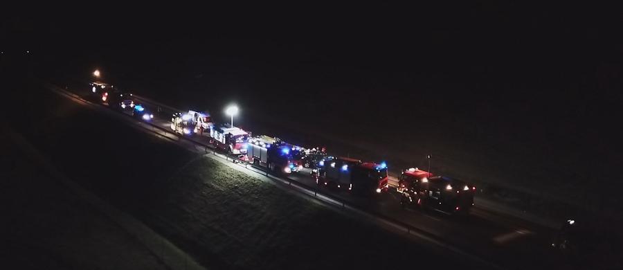 Prokuratorzy i policjanci pracują na miejscu wieczornego, tragicznego wypadku na obwodnicy Nysy. W zderzeniu dwóch samochodów osobowych zginęło pięć osób, w tym 3 letnie dziecko.